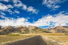 Дорога на долине Zanskar вокруг villange Padum и большого гималайского Стоковое фото RF