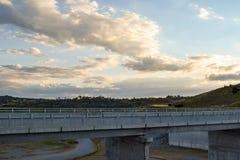 Дорога над стеной запруды Jindabyne с предпосылкой горы Стоковое Изображение RF