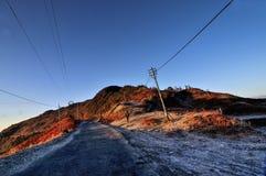 Дорога на точке зрения Lungthang, с голубым небом, в утре, Сикким стоковое фото