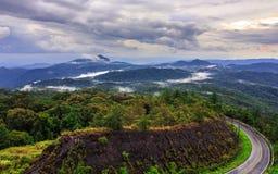 Дорога на тропической горе после идти дождь, Inthanon, мамы Chiang Стоковое Изображение RF