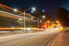 Дорога ночи в городе с светлыми следами движения Стоковое Изображение