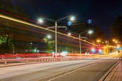 Дорога ночи в городе с светлыми следами движения Стоковое Фото