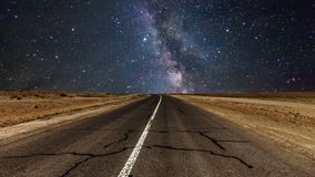Дорога ночи под млечным путем Timelapse видеоматериал