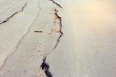 Дорога обрушились и трескать опадения стоковые фотографии rf