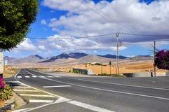 Дорога, облака и голубое небо на Фуэртевентуре Стоковые Изображения RF