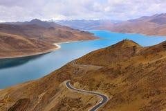 Дорога озера Тибет Yamdrok Стоковая Фотография RF