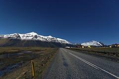 Дорога около предпосылки горы и голубого неба в Hofn, Исландии стоковое фото rf