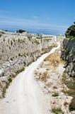 Дорога около средневековой стены, rhodos стоковая фотография