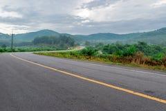 Дорога отрезала горы в утре Стоковые Изображения RF