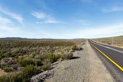 Дорога от Sutherland Южной Африки к национальному парку Karoo Tankwa Стоковая Фотография RF