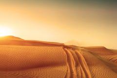 Дорога песчанных дюн пустыни на заходе солнца Стоковые Изображения RF