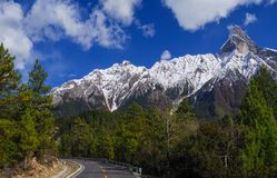 Дорога под красивой горой снега Стоковые Изображения RF