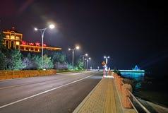 Дорога под уличным светом стоковое фото
