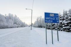 Дорога 496 покрывала с сильным снегопадом в сезоне зимы на Лапландии, Финляндии стоковые фотографии rf