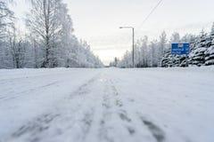 Дорога 496 покрывала с сильным снегопадом в сезоне зимы на Лапландии, Финляндии стоковые изображения