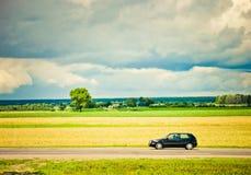 дорога поля автомобиля Стоковые Фотографии RF