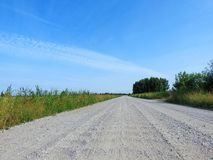Дорога, поля и красивое облачное небо, Литва Стоковое Изображение