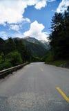 Дорога под снег-горой Стоковое Изображение