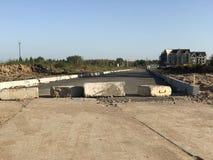 Дорога преграженная с бетонными плитами через дорогу Стоковое Изображение RF