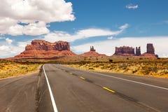 Дорога пропуская через долину памятника, красивый солнечный день с голубым небом в лете, Юта, США Стоковые Фотографии RF