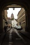 Дорога проходит через свод в историческом центре Vil стоковое фото