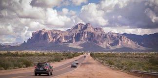 Дорога пустыни Аризоны водя к горе суеверия около Феникса, Az, США Стоковые Изображения