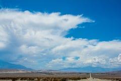 Дорога пустыни горы облаков стоковые изображения rf
