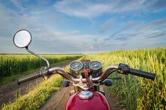 Дорога, пшеничное поле и облака ландшафта лета Езды мотоцикла Стоковые Фотографии RF