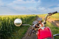 Дорога, пшеничное поле и облака ландшафта лета Мотоцикл Стоковые Фото