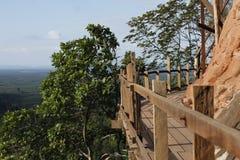 Дорога планки построенная вдоль скалы Стоковые Фотографии RF