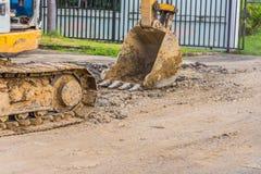 дорога ремонта автомобиля backhoe на времени дня стоковое изображение