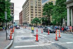 Дорога ремонтируя на Бостоне, пересекать улиц Tremont и маяка, Массачусетс Соединенные Штаты 30-ое июля 2017 стоковое изображение