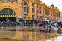 Дорога скрещивания пешеходов перед станцией улицы щепок дальше Стоковые Фото