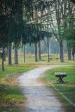Дорога, стенд и деревья в саде Стоковые Фотографии RF