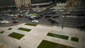 Дорога с автомобилями в спешке движения footage Запачкайте затор движения с светом bokeh, предпосылкой транспорта обои вектора дв сток-видео