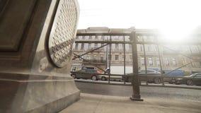 Дорога с затором движения, оживленной улицей с фасадами зданий и идя людьми видеоматериал