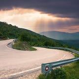 Дорога с изгибом под острым углом в горе Стоковые Изображения