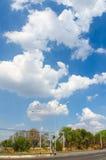 Дорога с облаком и голубым небом стоковое изображение rf