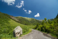 Дорога с утесом в горах Стоковые Фото