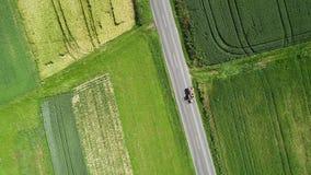Дорога через аграрные поля - отслеживать съемку, взгляд высокого угла видеоматериал