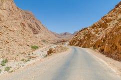 Дорога через впечатляющее ущелье Todra в горах атласа Марокко, Северной Африки Стоковые Изображения RF