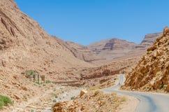 Дорога через впечатляющее ущелье Todra в горах атласа Марокко, Северной Африки Стоковая Фотография RF