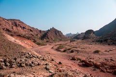 Дорога через красные горы пустыни Стоковое Изображение