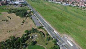 Дорога через поле около города Стоковая Фотография RF