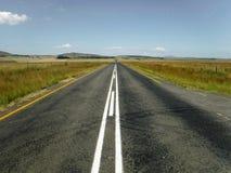 Дорога через сельскую местность стоковые изображения rf