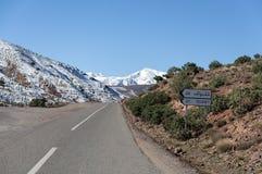 Дорога через снег покрыла горы атласа Стоковое фото RF