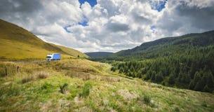 Дорога через сценарную долину в северном Уэльсе стоковое изображение rf