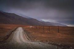 Дорога через тибетское плато Стоковые Фотографии RF