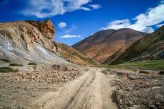 Дорога через тибетское плато Стоковые Изображения