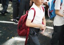 Дорога школы скрещивания студентов детского сада идя Стоковое Изображение